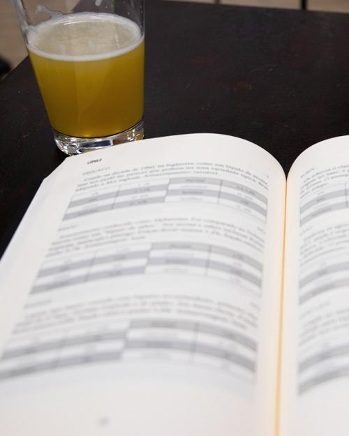 livros-de-guarda_sobre-nosotros_libro-y-cerveza
